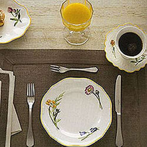 Frühstückstisch und Drei-Gänge-Menü Eindeckung