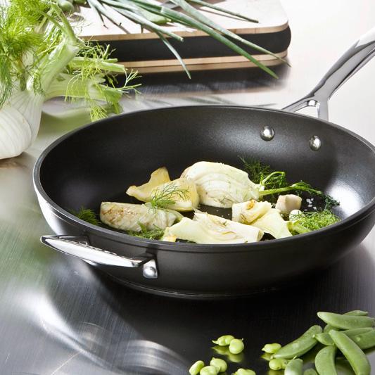 Кухонная посуда из алюминия с антипригарным покрытием от Le Creuset