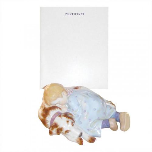 Meissen,'Figur bunt und gold staffiert' Декоративная фигурка 'Ребенок спит на собачке' + сертификат оригинальности,18 x 16 x 8 см